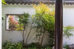 Fenster in der Mauer erlauben Durchblicke