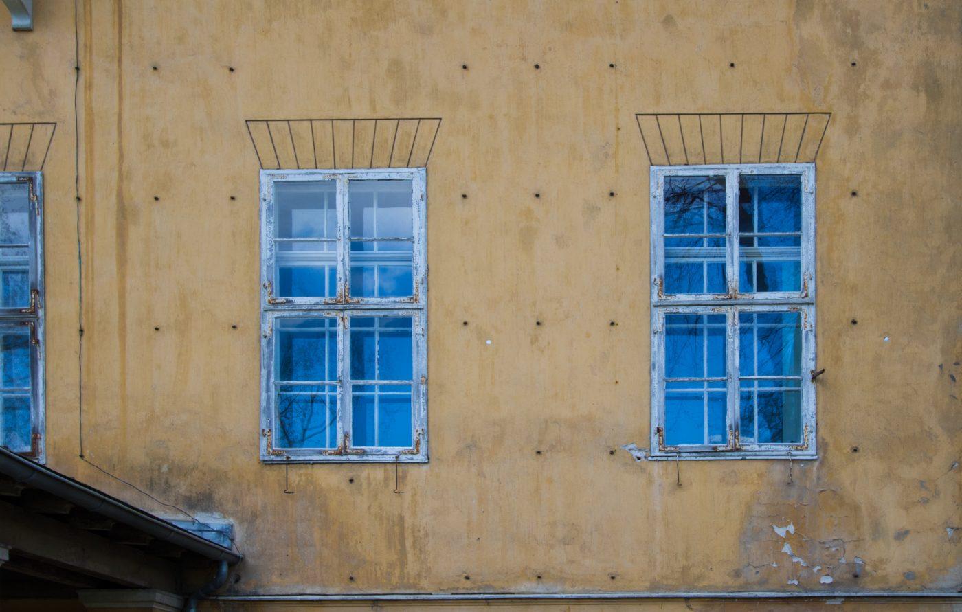Im Park Sanssouci - der Himmel spiegelt sich in den alten Fenstern