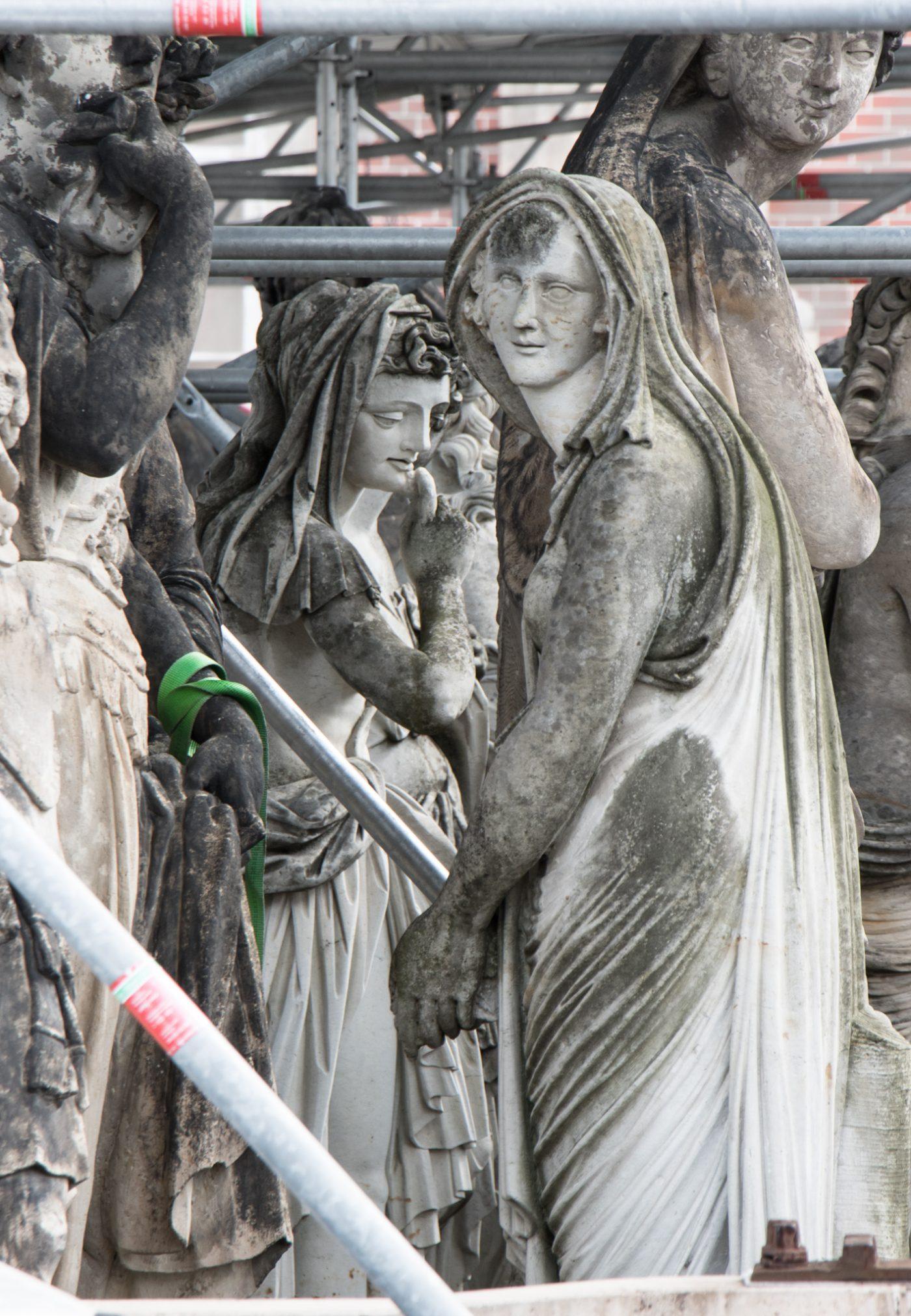 Skulpturen am Neuen Palais im Park Sansoucci in Potsdam