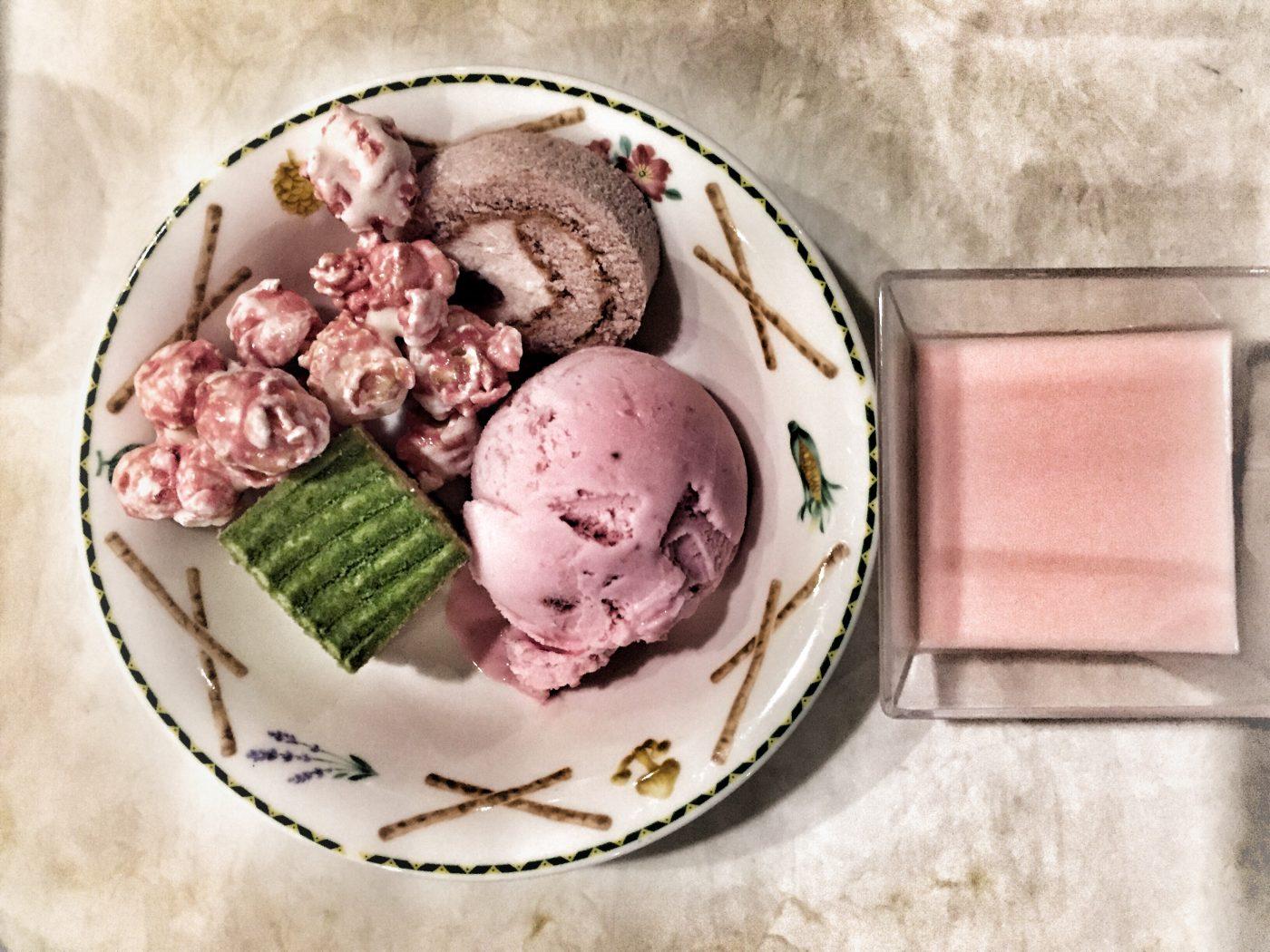 Dessert auf japanisch: Matcha-Kuchen, Erdbeerpopcorn, Erdbeereis und Erdbeerpudding, japanisches Essen, Japan