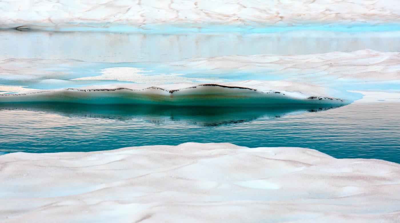 Der Lac Blanc liegt auf 2350 Metern oberhalb von Chamonix. Im Sommer 2016 ist der See noch fast komplett mit Eis bedeckt.
