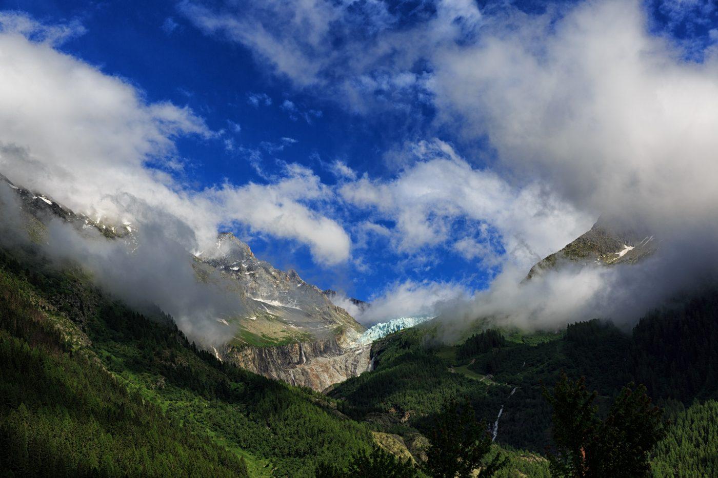 Der Abbruch des Glacier d'Argentière leuchtet türkis zwischen den Felsen. In Argentière rissen die Wolken am Abend kurz auf, bevor wieder alles im Einheitsgrau verschwand.