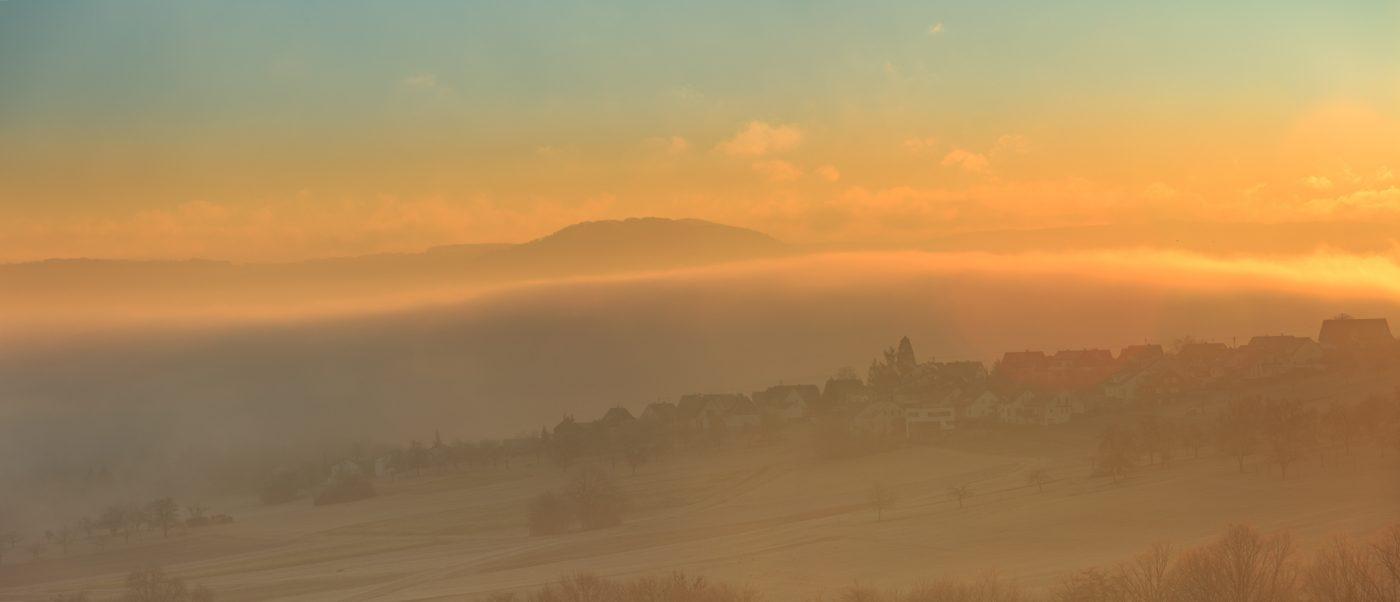 Winter-Sonnenaufgang mit Nebel, Frost