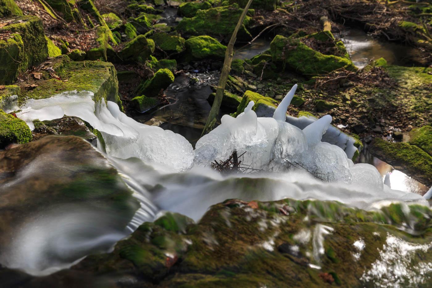 An den Keuperstufen des Föllbach hingen noch Eisreste wie fantastische Skulpturen, Wasserfall