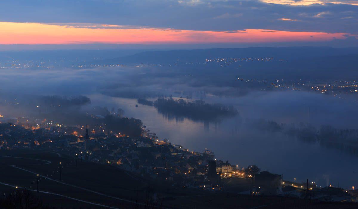 Vor Sonnenaufgang - der Blick über den Rhein und Rüdesheim