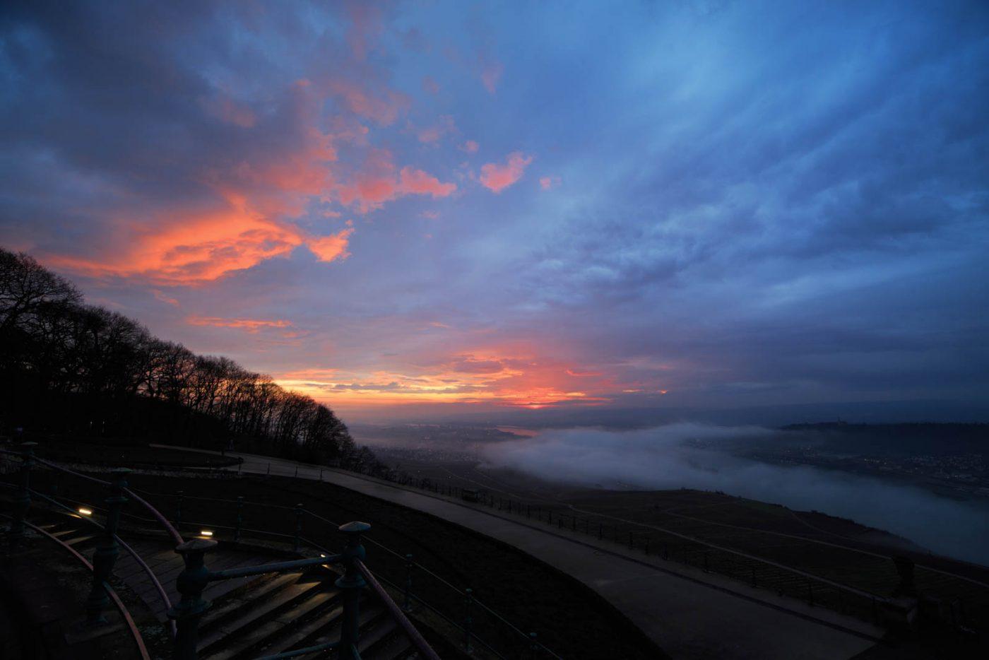 Sonnenaufgang am Niederwalddenkmal, Rhein