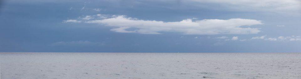 Ein Gewitter über dem Meer zieht vorbei auf Mallorca