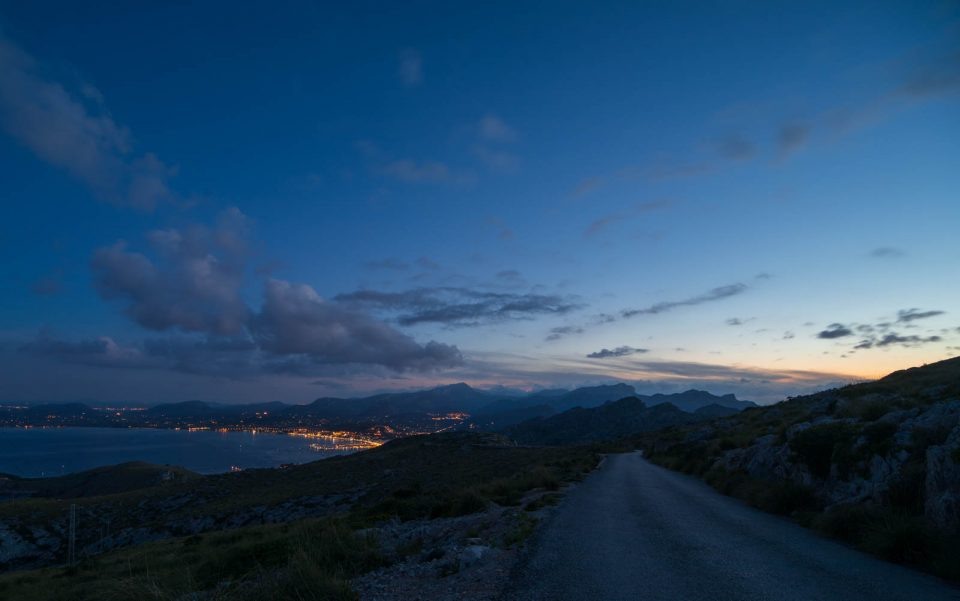 Blick nach Port de Pollenca in der hereinbrechenden Nacht Mallorca
