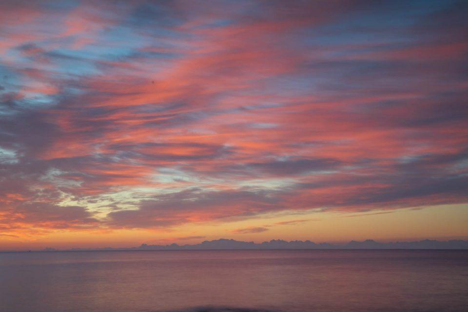 Die aufgehende Sonne beleuchtet die Federwolken von unten, eine Symphonie in Pastell, Mallorca