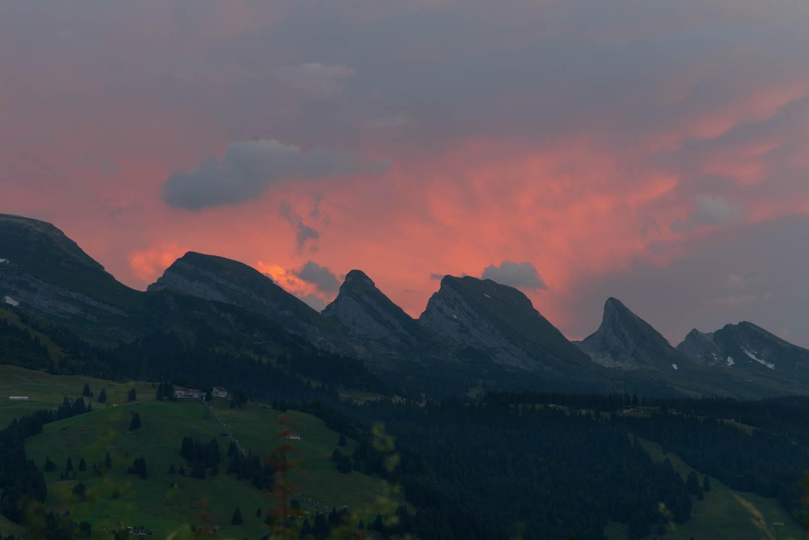 Photo: Glühende Wolken hinter den Churfirsten