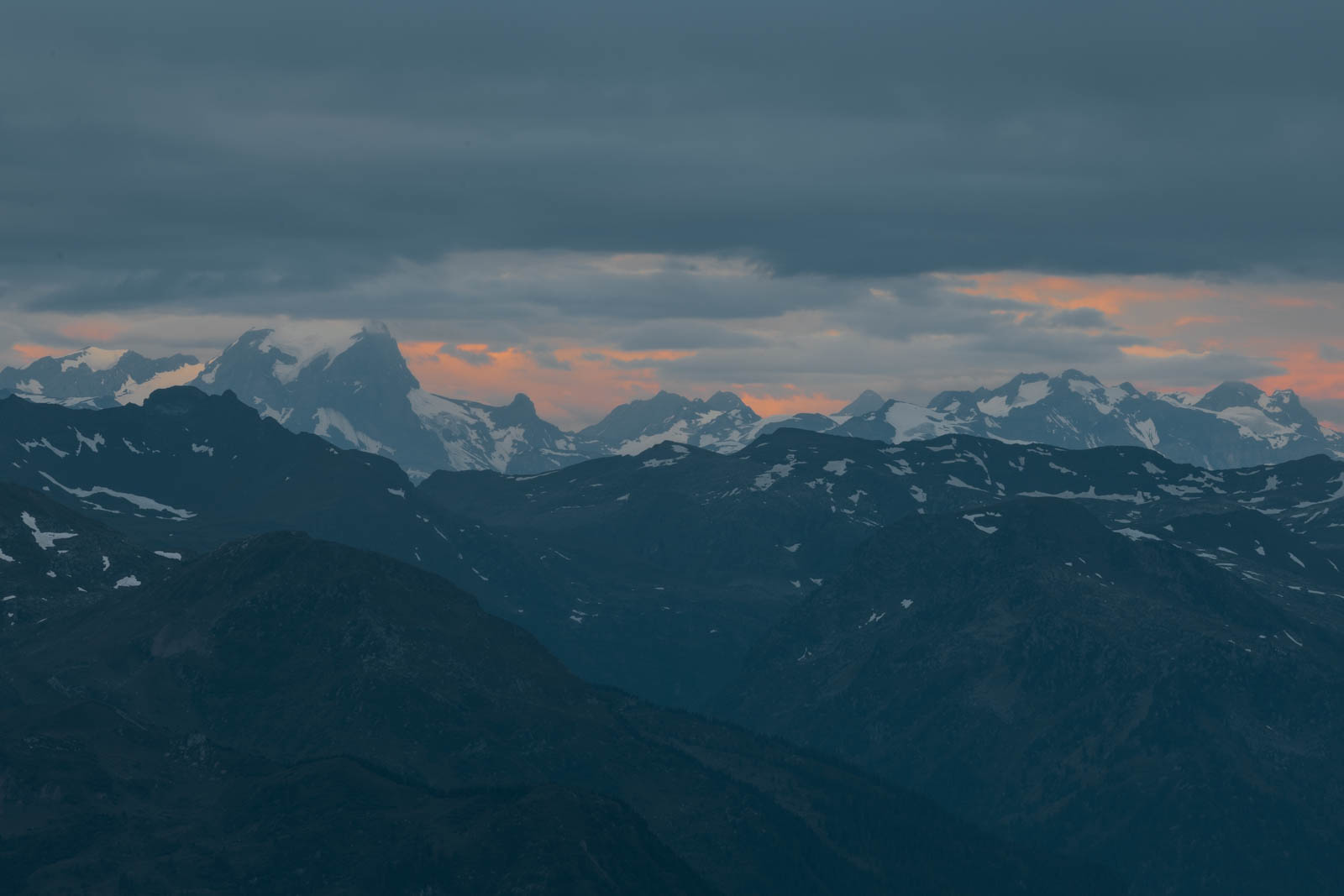 Morgenrot in den Glarner Alpen, Schweiz