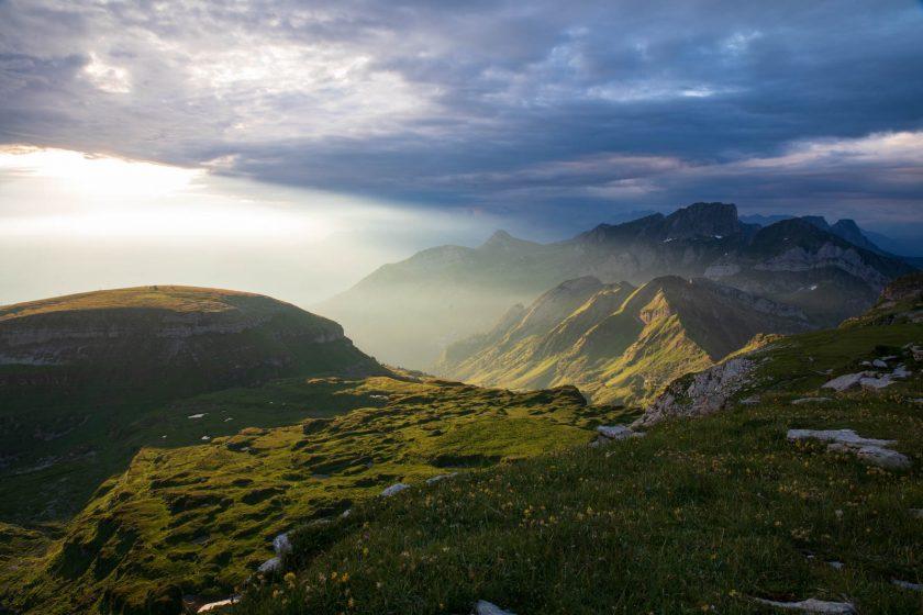 Erste Sonnenstrahlen auf dem Rücken des Chäserrugg, Schweiz, Alpen
