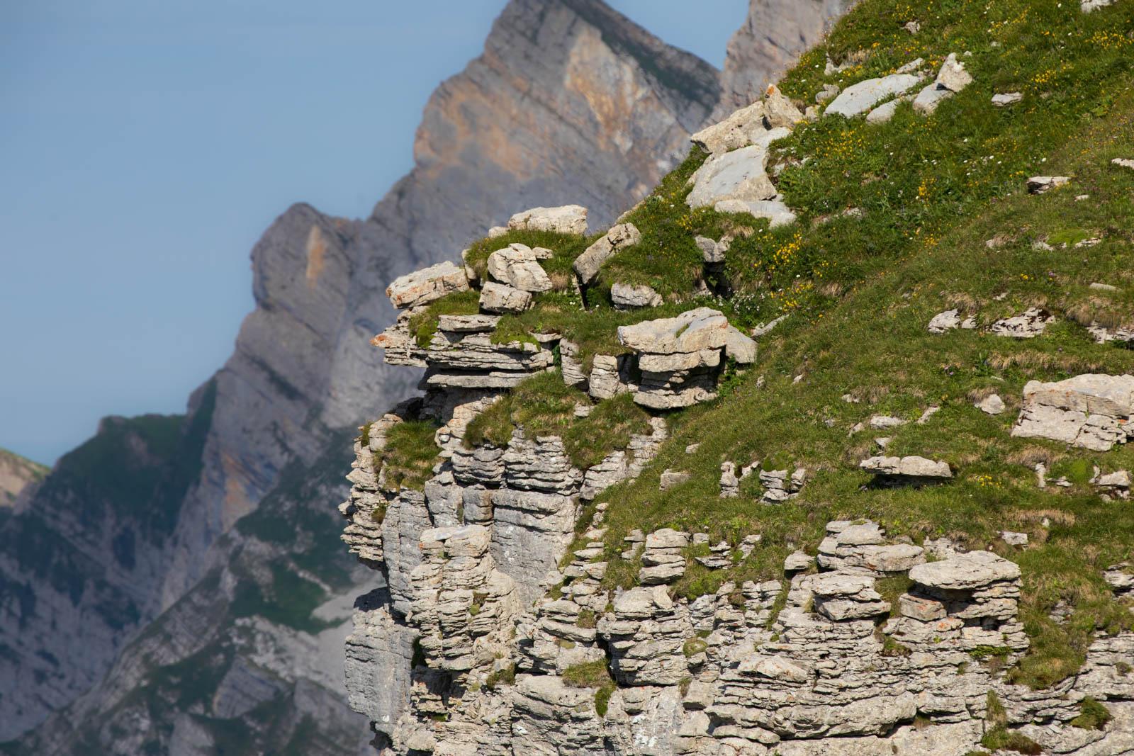 Der Kalkstein der Churfirsten verwittert in interessanten Schichten