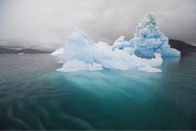 Photo: Der Südwesten von Grönland I: Eisberge im Grau