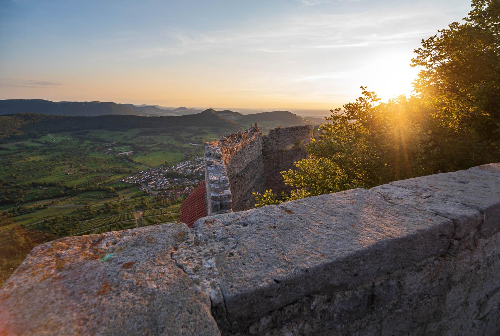 Photo: Sommerabend auf der Burg Hohenneuffen mit Blick entlang des Albtraufs