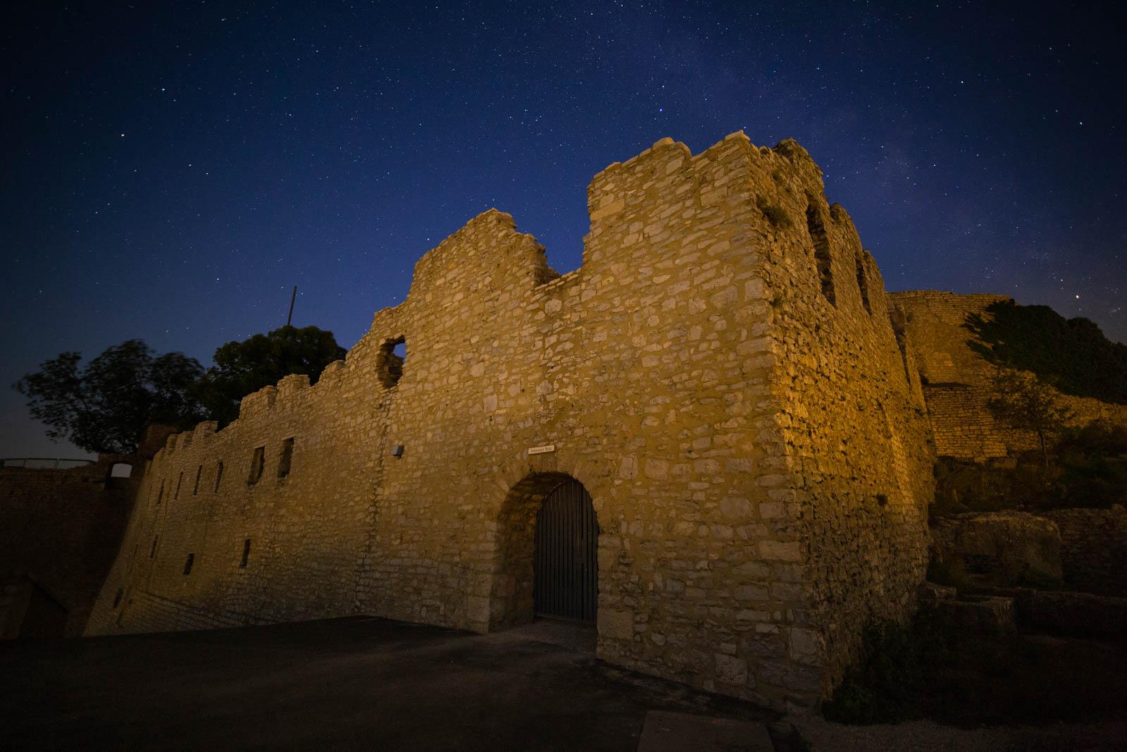 Photo: Die Burg Hohenneuffen bei Nacht mit der Milchstraße