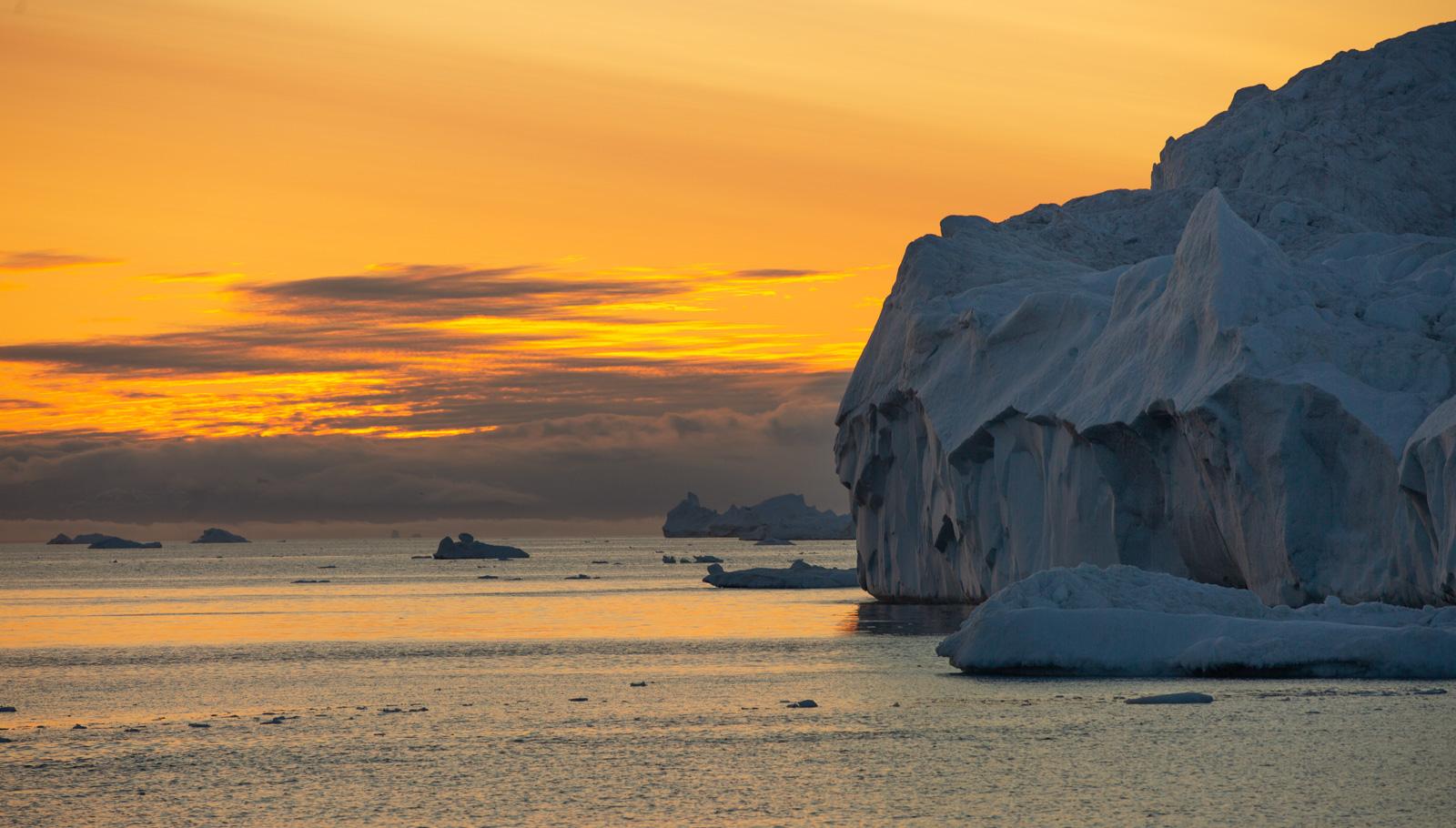 Sonnenuntergang in Ilulissat, Grönland, Eisberge
