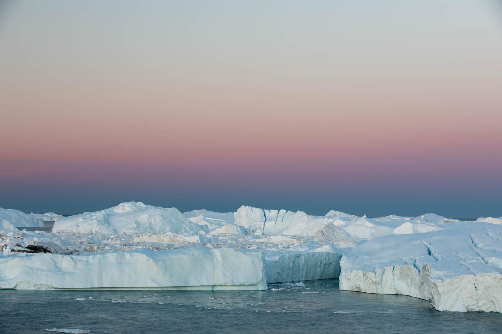Morgendämmerung und Erdschatten an den Eisbergen von Ilulissat, Grönland