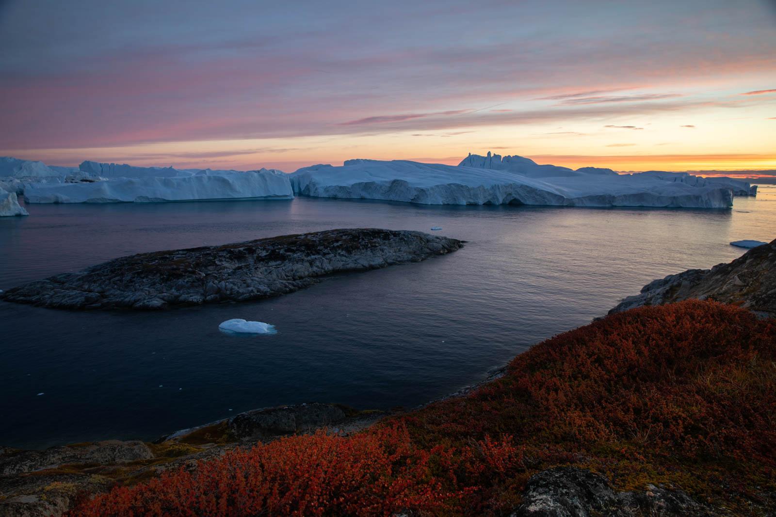 Eisberge in der blauen Stunde in Ilulissat, Grönland