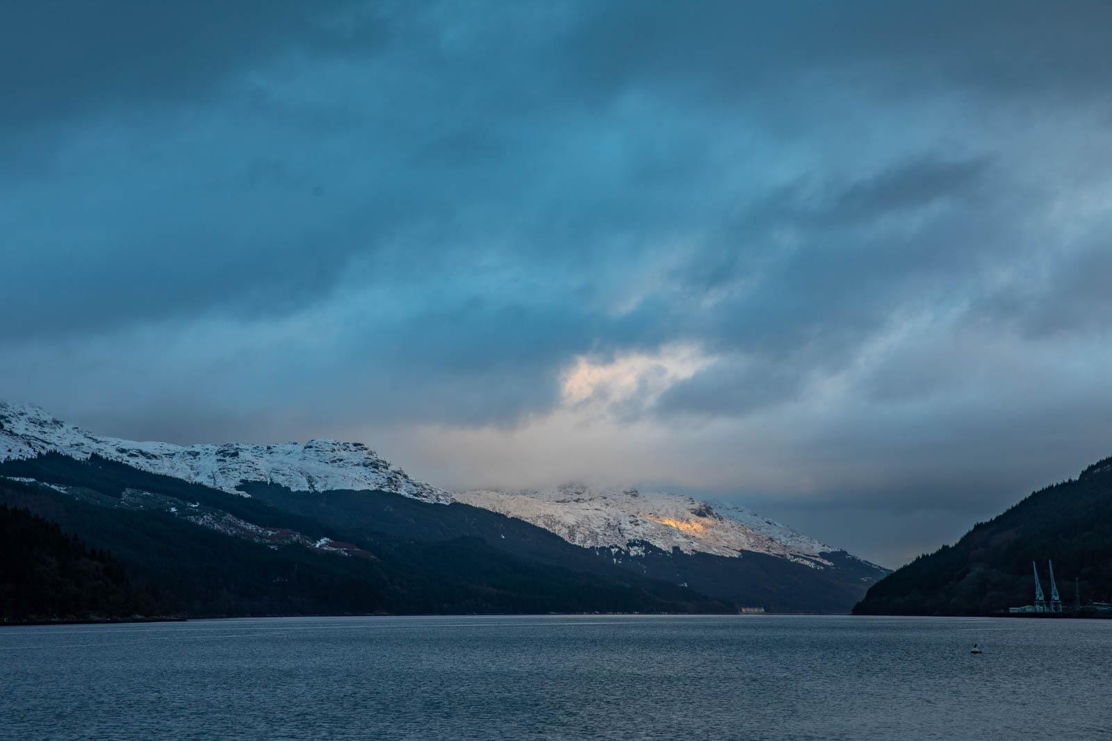 Wolkenstimmung über Loch Long, Schottland im Schnee, Winter