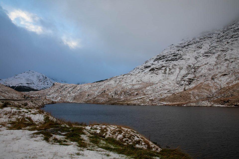 Loch Restil auf der Passhöhe, Schottland im Winter