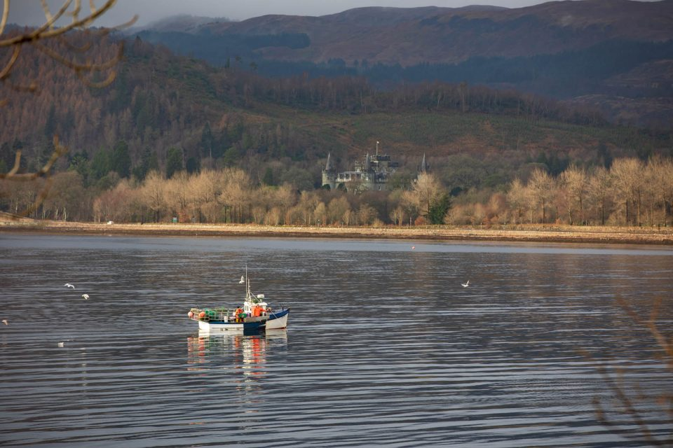 Inveraray Castle mit Fischerboot, Schottland im Winter
