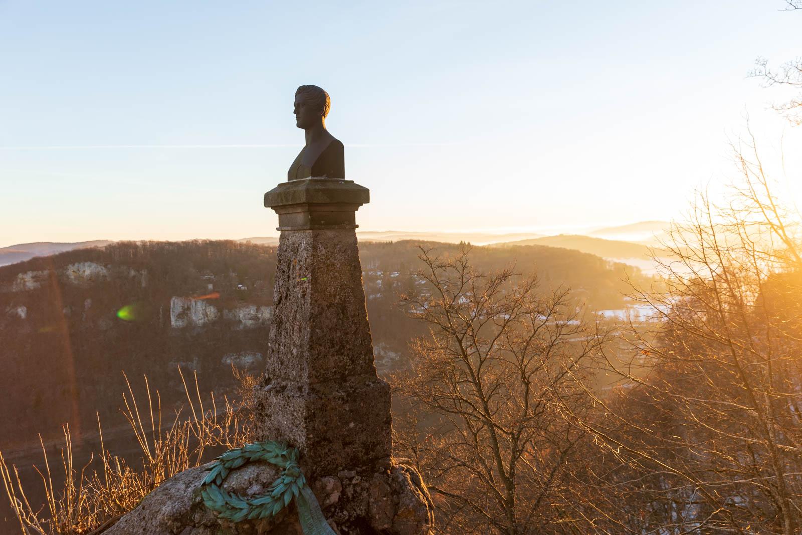 Hauff-Denkmal im Sonnenaufgang, Schloss Lichtenstein, Albtrauf