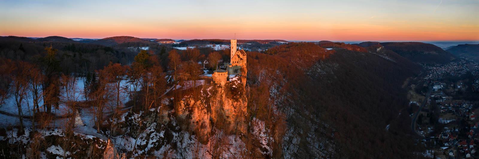 Schloss Lichtenstein im Morgenrot, Albtrauf, Drohne, Winter,