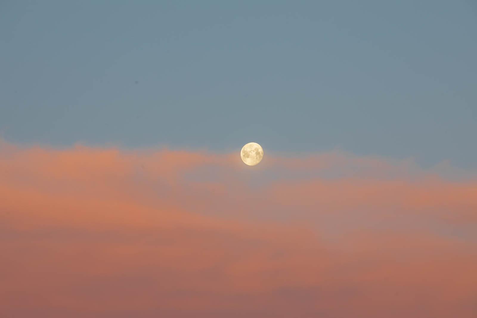 Photo: Sonnenaufgangsrot und Mond
