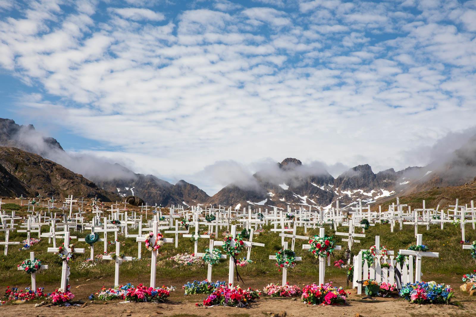 Photo: Der Friedhof in Tasiilaq vor imposanter Kulisse