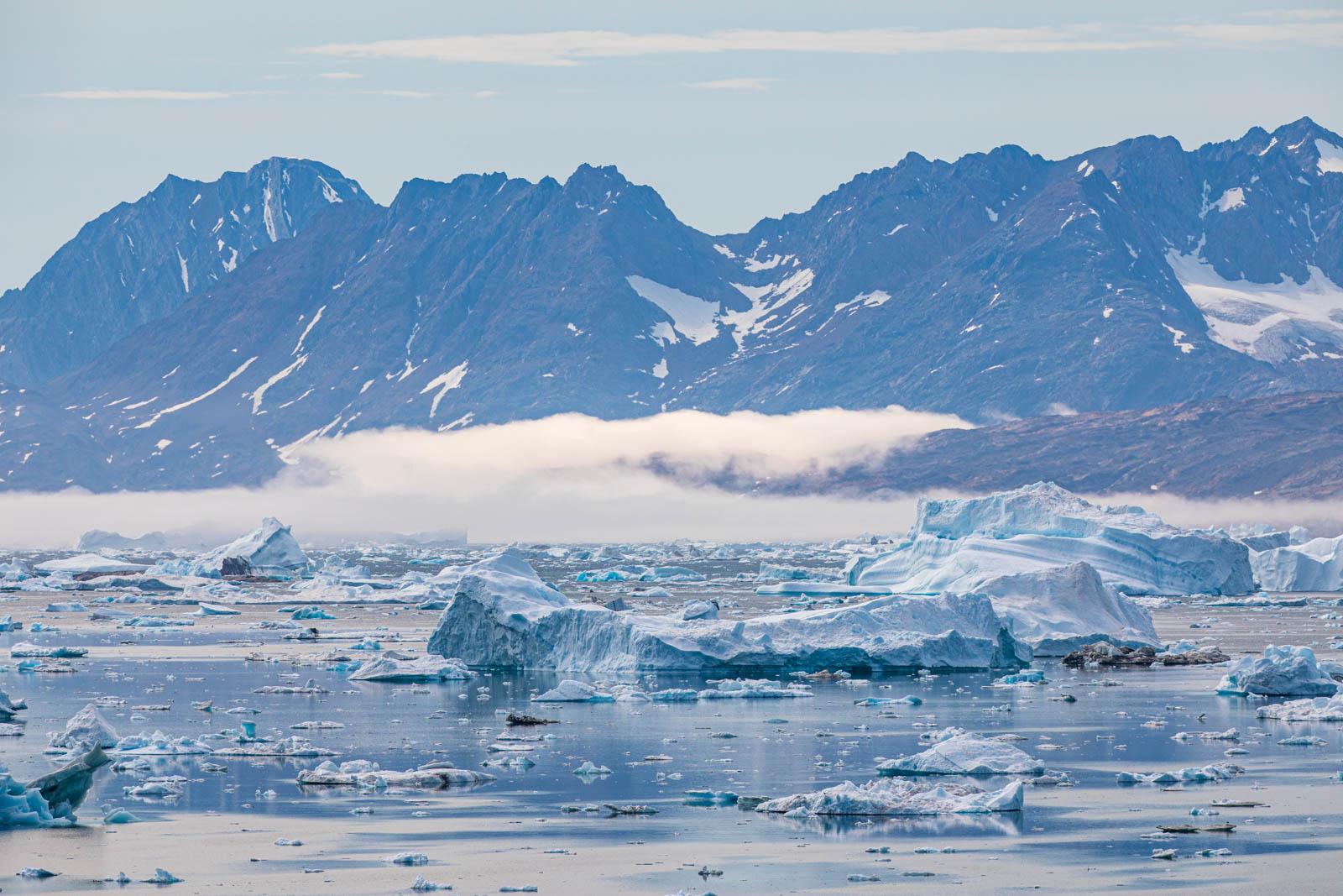 Photo: Wie ein Spiegel liegt der  Fjord