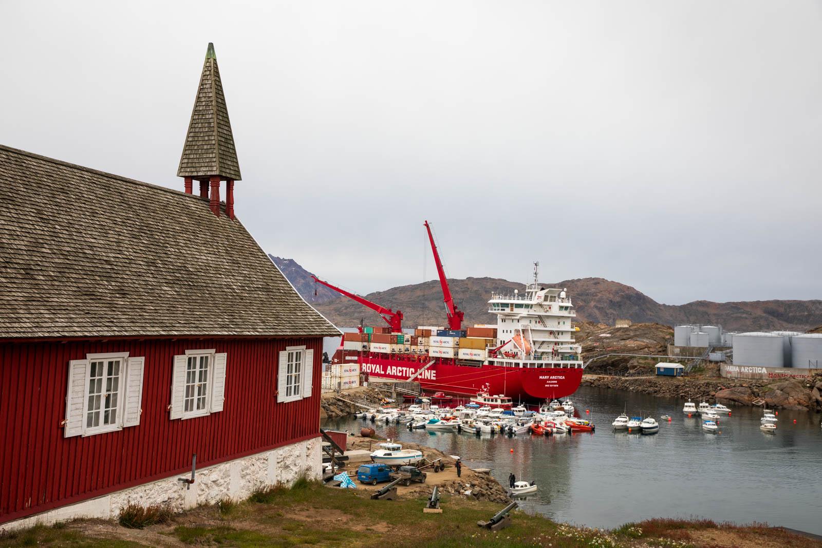 Photo: Das Museum mit Blick auf den Hafen und das Versorgungsschiff