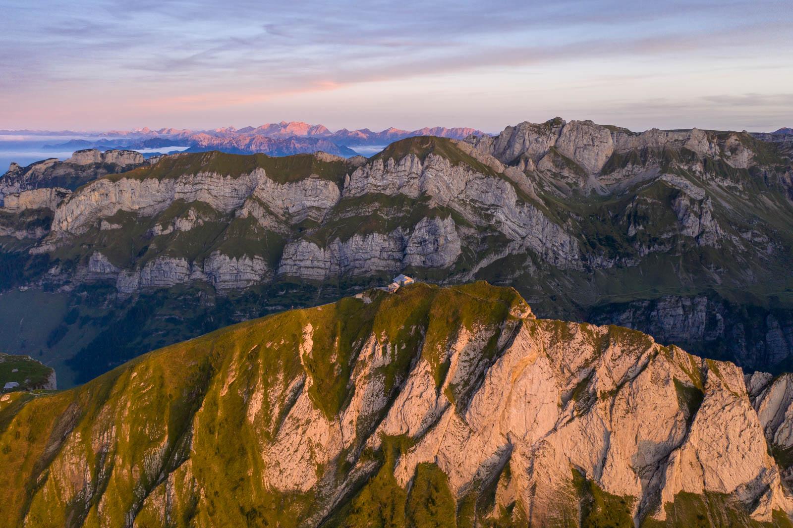 Photo: Die Bergkämme des Alpsteins mit dem Schäfler in der Mitte
