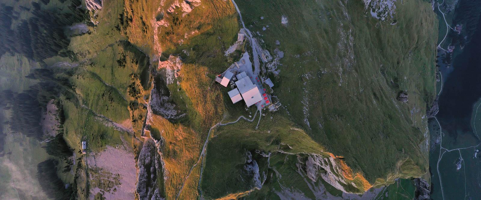 Photo: Schäfler von oben. Links und rechts geht es fast senkrecht 1000 Meter in die Tiefe