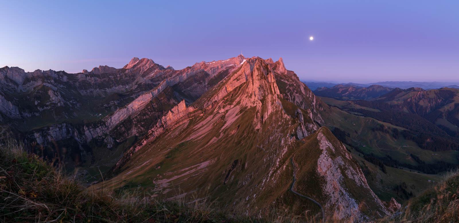 Photo: Vor Sonnenaufgang glüht der gesamte Berg in rosa.