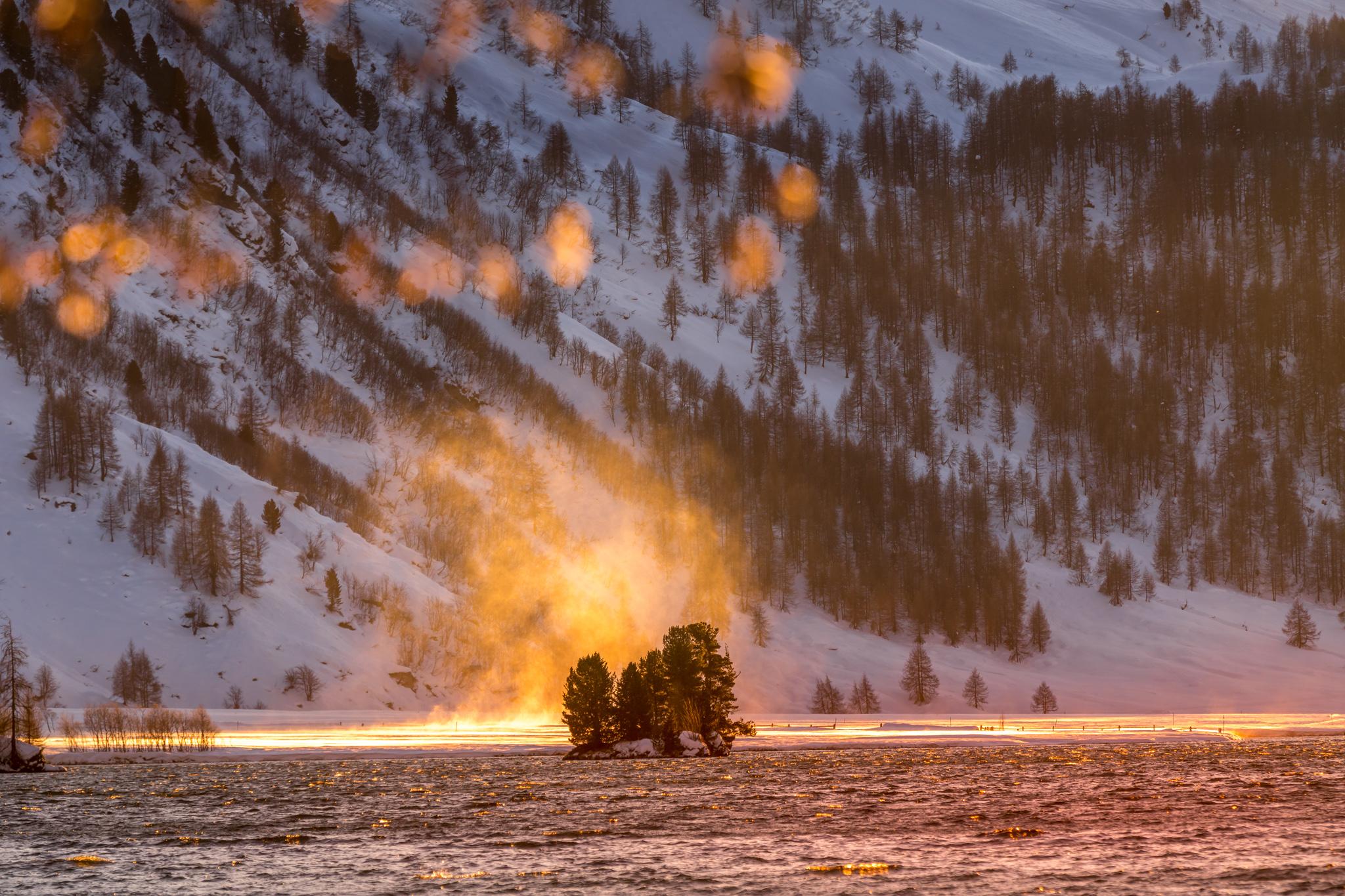 Silser See, Insel im Winter bei Sonnenuntergang
