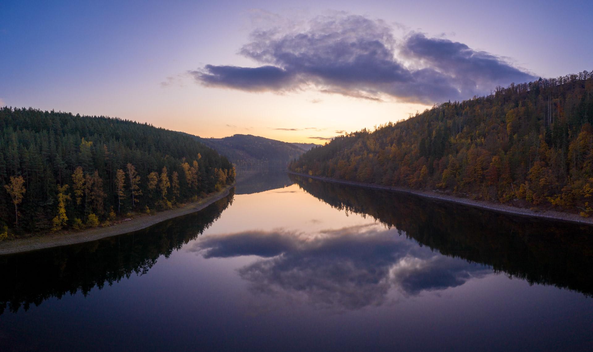 Photo: Still ruht der Fluss zur blauen Stunde