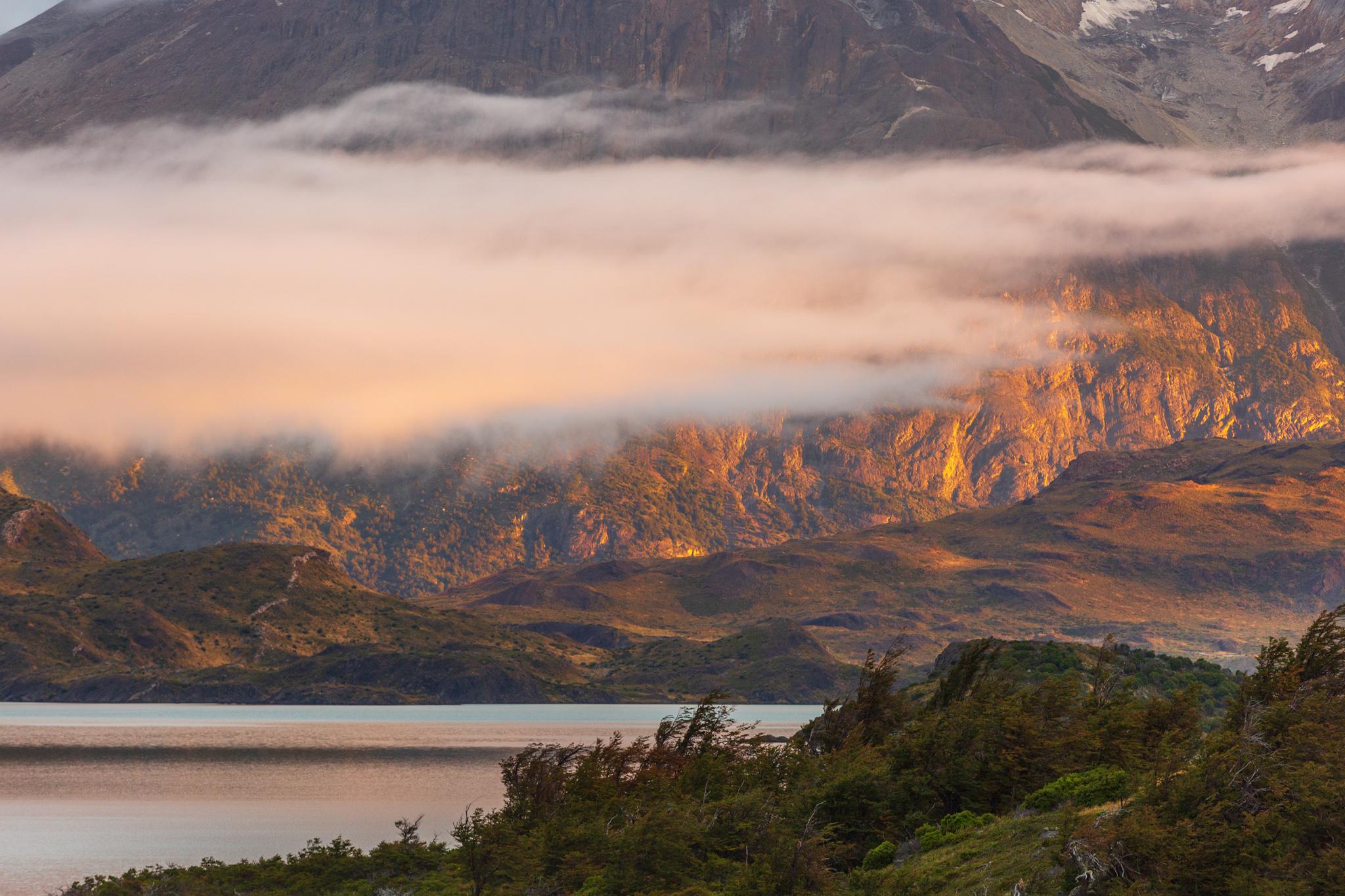 Photo: Das Licht streicht über den Lago Nordenskjöld und trifft die Basis der Cuernos