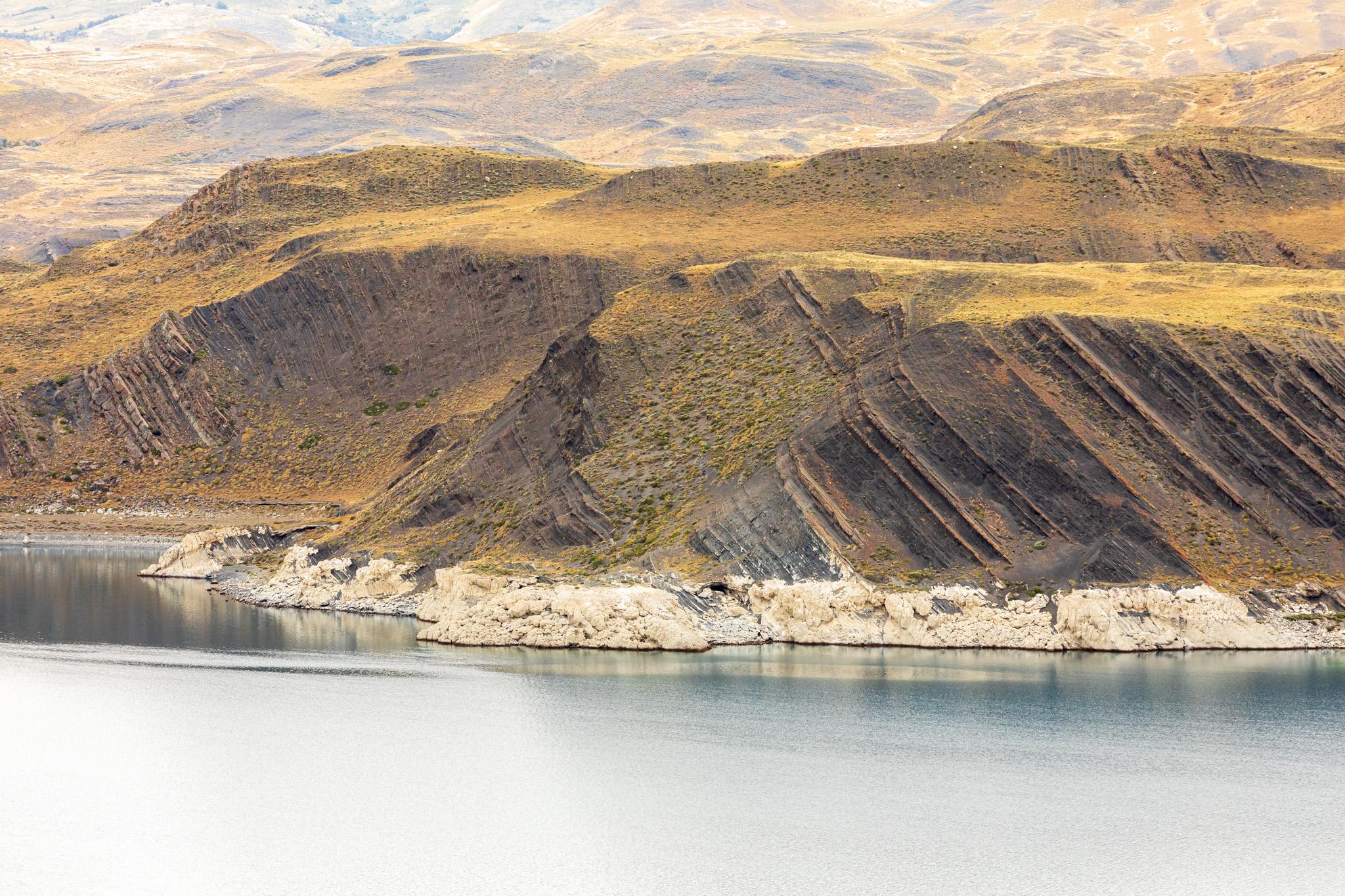 Photo: Steinschichtungen am Lago Sarmiento